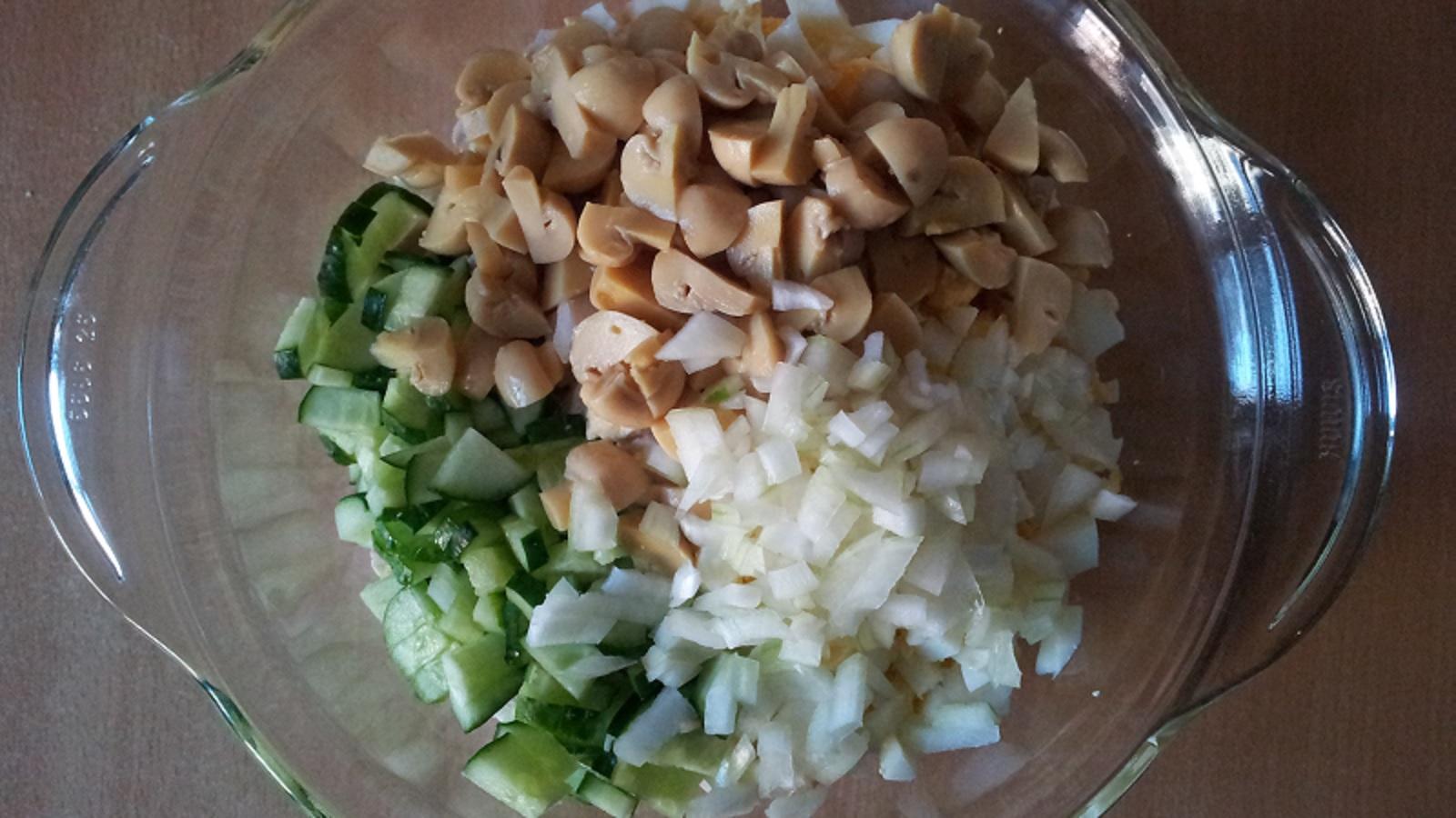 Рецепты салатов с маринованными грибами и курицей пошагово